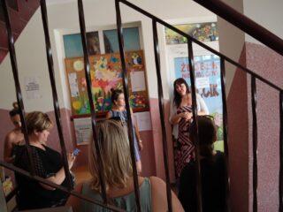 Grupa osób stoi w korytarzu przy drzwiach wejściowych do żłobka niepublicznego KRECIK.