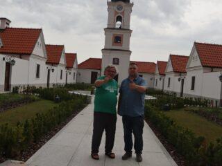 Zdjęcie dwóch mężczyzn między białymi budynkami.