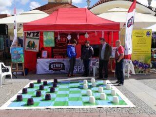 Bardzo dużych rozmiarów warcaby rozłożone do gry na rynku Kościuszki