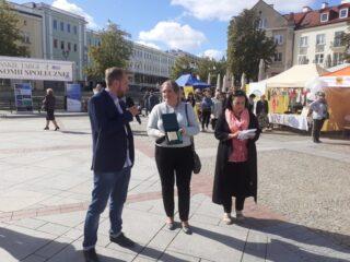 Dyrektor Regionalnego Ośrodka Polityki Społecznej w Białymstoku wręcza certyfikak zakupu Prospołecznego.