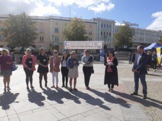 Uczestnicy i orgaizatorzy Podlaskich Targów Ekonomii Społecznej, słoneczna pogoda.